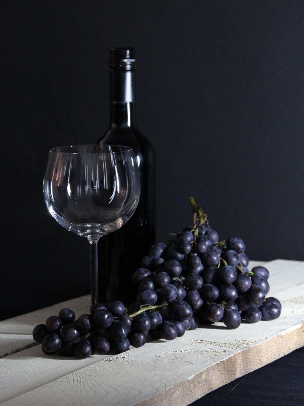 Copa, botella de vino y uvas